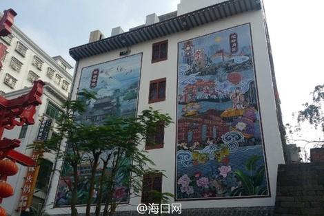 培龙后街特色美食街入口处壁画熠熠生辉