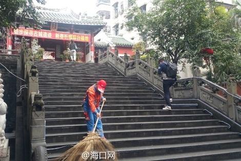 琼台福地关帝庙前环境干净整洁 保洁人员...
