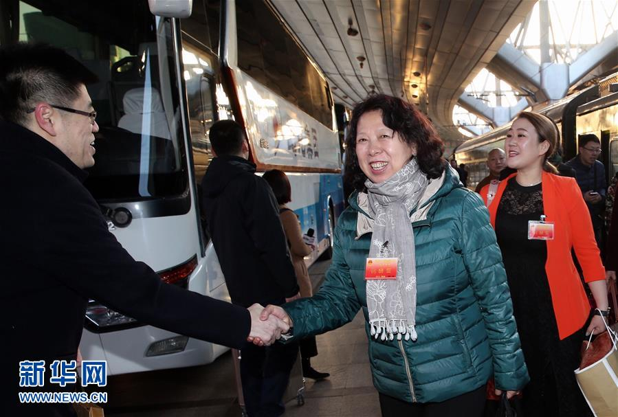 (两会)(1)黑龙江代表团抵达北京