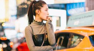 组图:李沁夜幕亮相街头显俏皮 展双面魅力