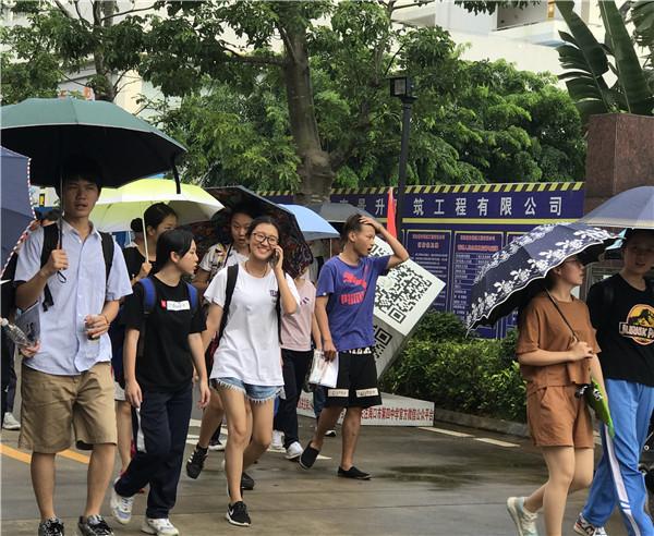 奋斗的青春最美丽海口高考考生雨中绽露笑颜 ...