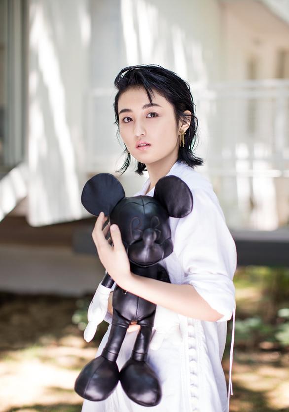 张子枫杂志大片上线_多种造型解读00后新风尚