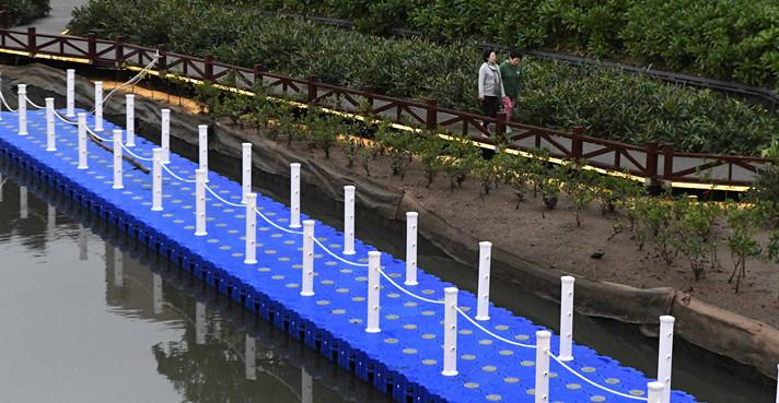 海口美舍河水体治理二期工程项目亲水栈道正在修建中