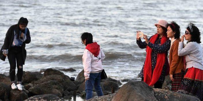 天气晴朗 海口海滩游玩的市民游客逐日增多