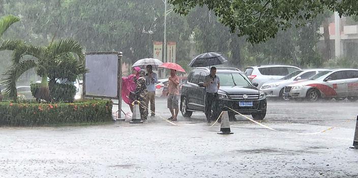 海口考生家长冒雨踩点 天气成出行最大考虑因素