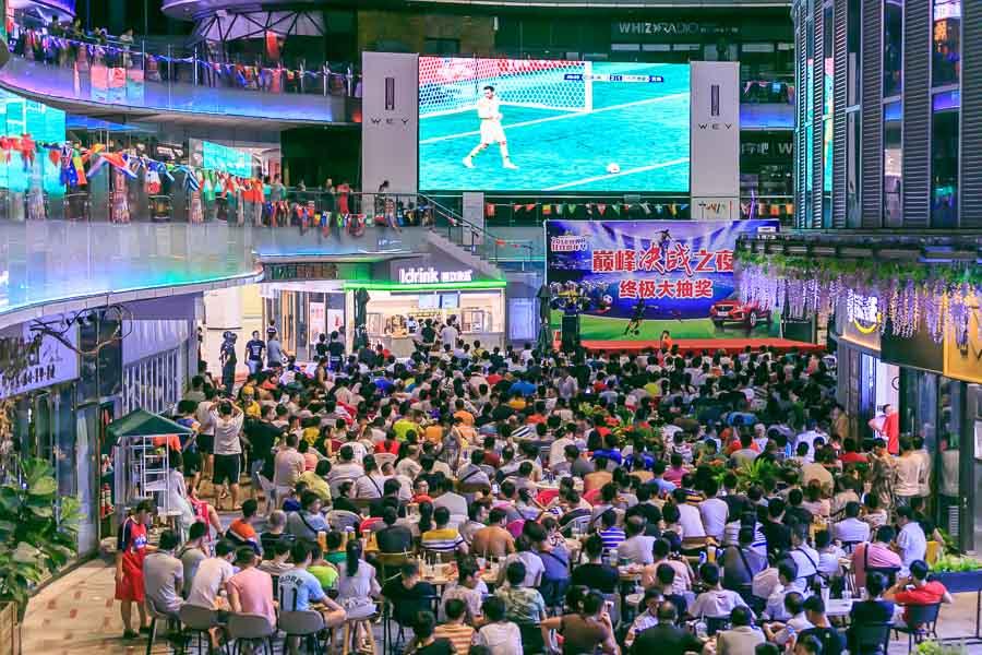 世界杯决赛夜的海口:撸串啤酒 好不热闹(组图)