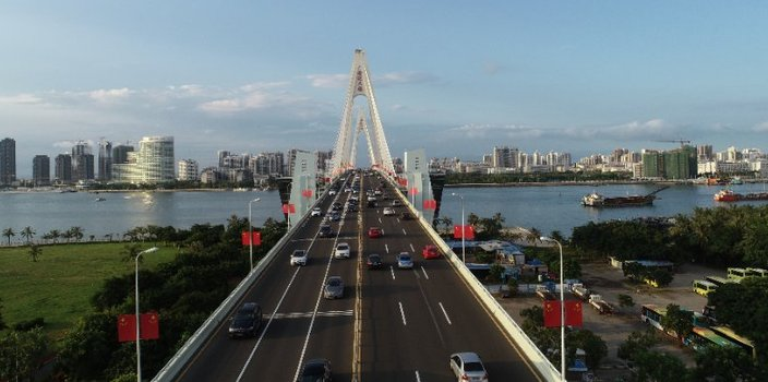 """海口世纪大桥喜迎国庆换""""新颜"""""""