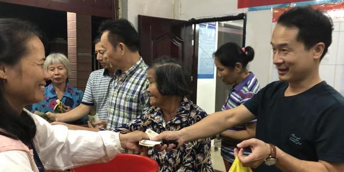 海口美兰区首个电视夜校集市在三江镇眼镜塘村开设
