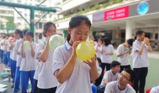 踩气球吃葡萄干 海口中学生中考前花式减压