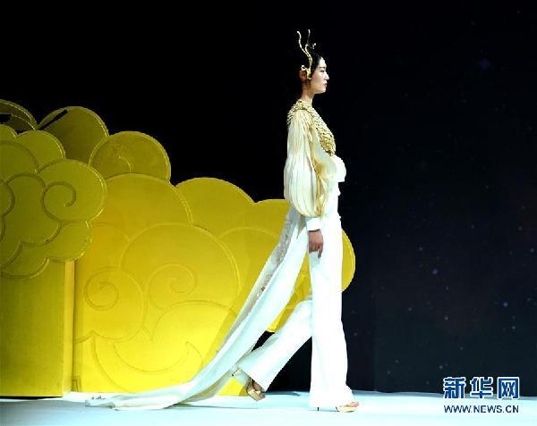 """(文化)(1)""""楚和听香 CHUYAN·开元""""时装发布会在京举行"""