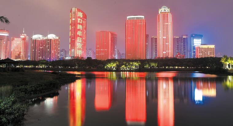 绚丽灯光点亮夜幕 市民游客点赞海口