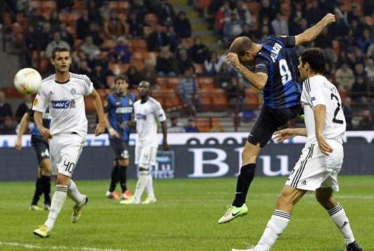帕拉西奥拿下贝尔格莱德游击队。《米兰体育报》、《意大利足球》、《慢镜头》等媒体赛后不约而同地打出了这样的标题,《米兰体育报》更是感慨到20秒改变了比赛。   事实也的确如此,就当所有人都认为这场比赛会以0-0结束的时候,场上风云突变,第87分钟,贝尔格莱德游击队突然打出反击,马尔科维奇单刀突入禁区,但他的近距离推射被表现神勇的汉达诺维奇扑出,而国际米兰随即上演了精彩绝杀,米利托接瓜林中路分球之后右侧斜传禁区,守候在门前的帕拉西奥没有让这个机会溜走,甩头将球顶入了球门左下角,1-0,国际米兰最终
