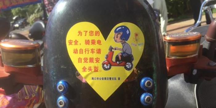 海口交警整治骑车不戴头盔首日:一路口15分钟就有40多名车主被罚!