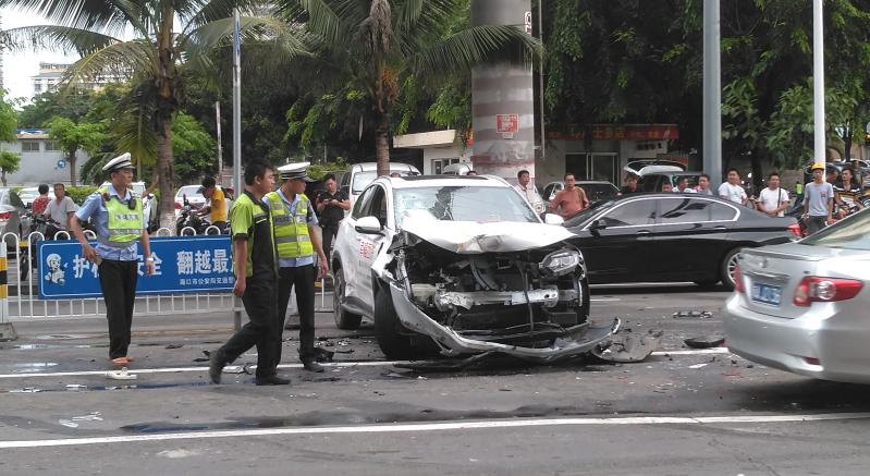 5车刮蹭受损严重 澳门拉斯维加斯赌博金贸西路发生一起交通事故[组图]