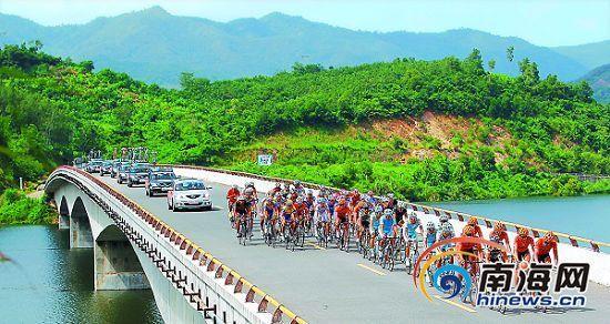 2011环海南岛国际公路自行车赛车手骑行通过三亚雅亮大桥.